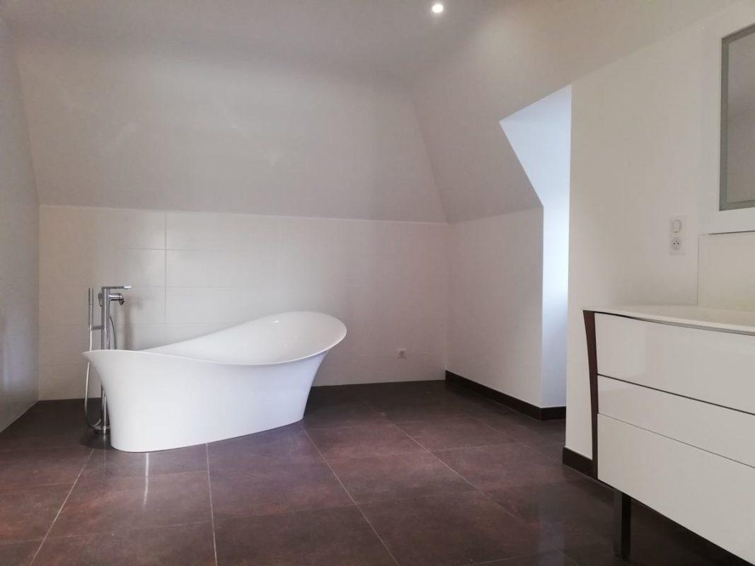 Salle de bain blanc et rouille Rénovation extension Mélanie Ouchem